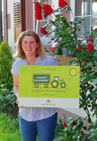 Carina Heinzelmann mit Lernort Bauernhof-Hofschild